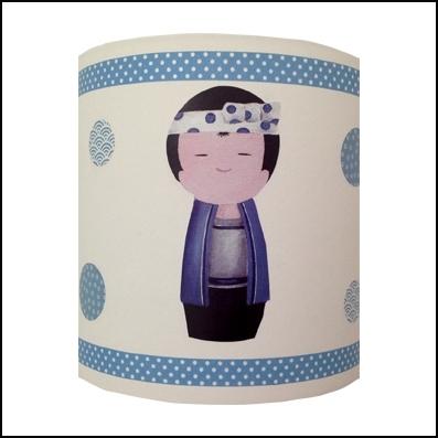 Abat jour sissi kokeshi gar on bleu lili pouce for Abat jour chambre bebe garcon