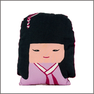 Coussin Kokeshi forme portrait fille