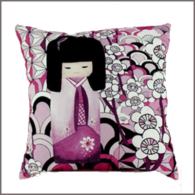 coussin sissi kokeshi fushia lili pouce boutique d co. Black Bedroom Furniture Sets. Home Design Ideas