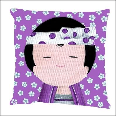 Coussin Kokeshi garçon violet aux fleurs