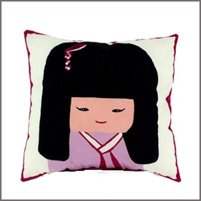Coussin sissi kokeshi portrait fille lili pouce - Coussin chambre fille ...