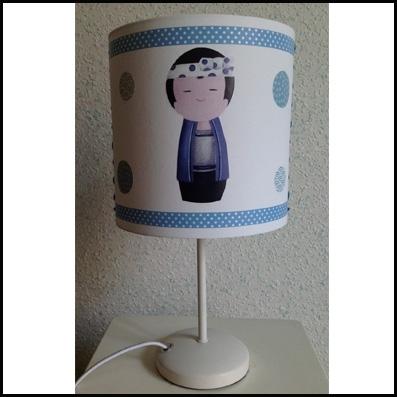 Lampe à poser kokeshi garçon bleu