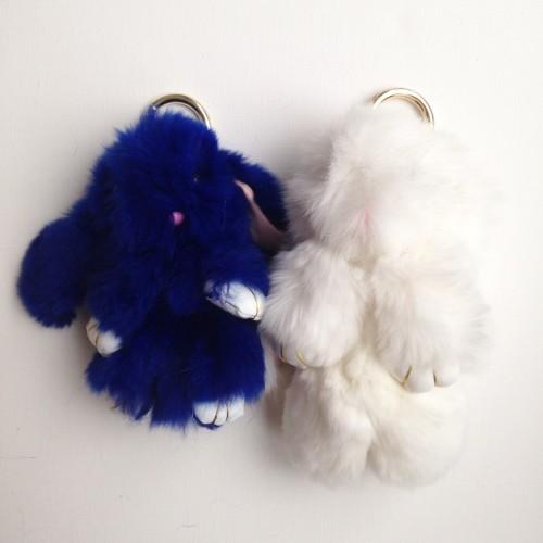 Duo de porte-clés lapins blanc et bleu foncé
