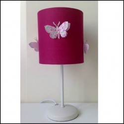 Lampe à poser papillons fond rose