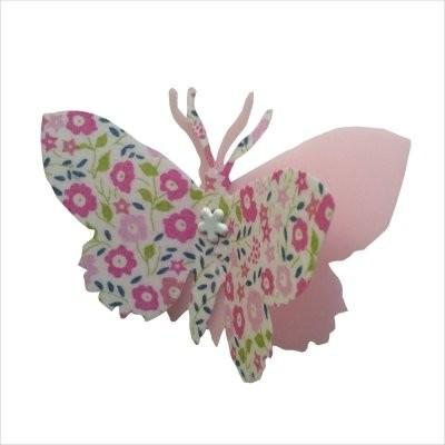 Les papillons s'envolent dans la chambre des enfants